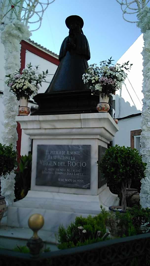 Monumento-Virgen-del-Rocio-en-Almonte