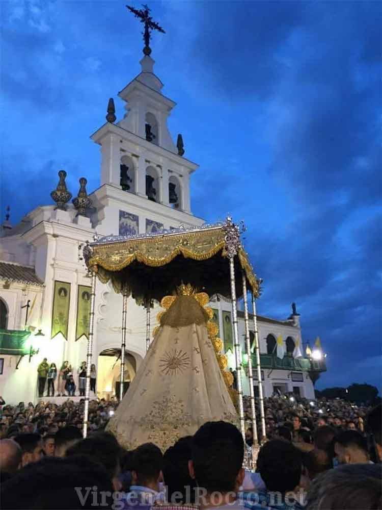 Virgen del Rocío en fachada ermita