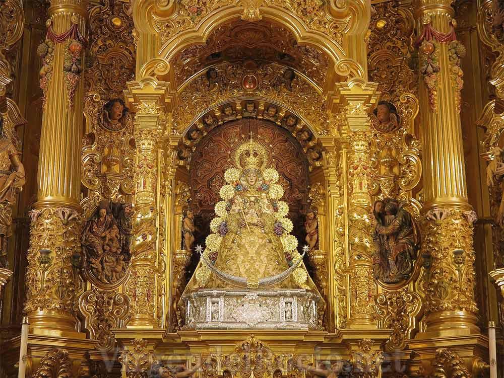 Virgen del Rocío en altar