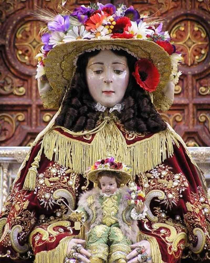 cara virgen del Rocío vestida de pastora