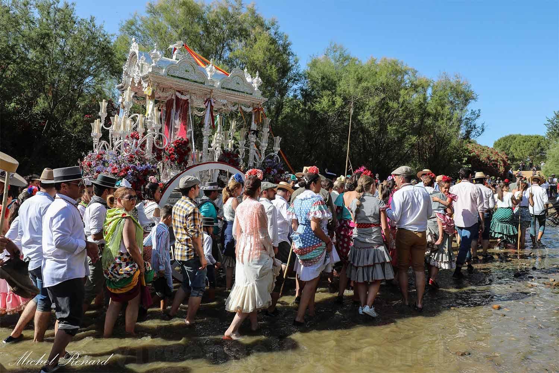 Simpecado peregrinos por el paso del Quema