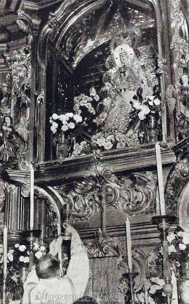 Virgen del Rocío en antiguo retablo